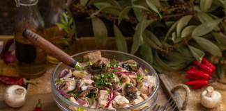 Сытный салат со свининой и грибами по-деревенски