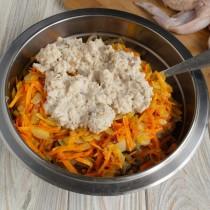 Добавляем размоченный в сливках белый хлеб, солим и перемешиваем начинку