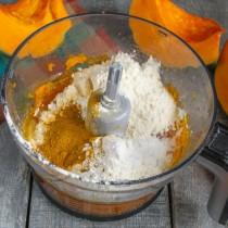 Взбиваем жидкие ингредиенты, насыпаем муку, манную крупу, разрыхлитель, корицу и специи