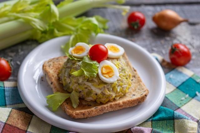 Простой и вкусный салат из печени трески с золотистым рисом