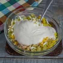 Выкладываем йогуртовый соус и перемешиваем ингредиенты