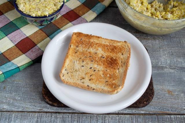 Подрумяниваем в тостере ломтики белого хлеба