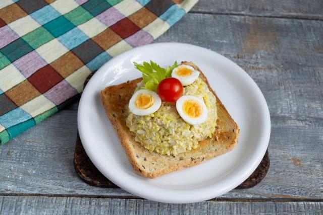Выкладываем салат горкой на тост и украшаем. Приятного аппетита!