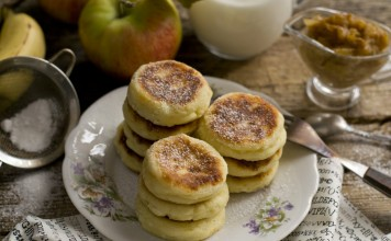 Пышные сырники с бананово-яблочным конфитюромПышные сырники с бананово-яблочным конфитюром