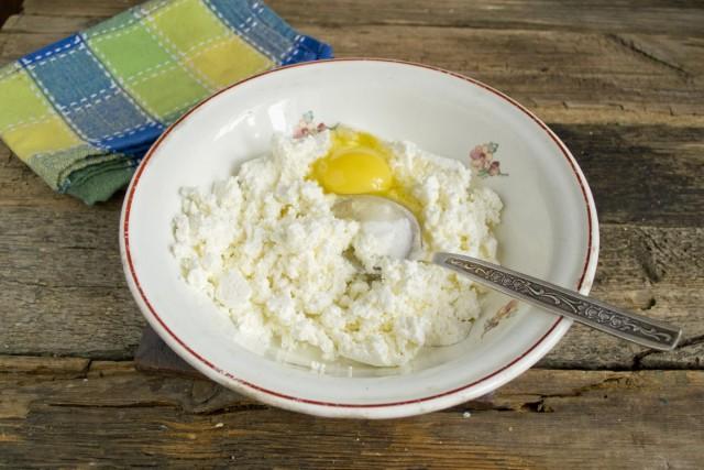 Добавляем куриное яйцо и сахарную пудру