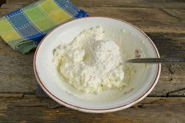 Смешиваем яйцо с творогом и пудрой, добавляем муку и замешиваем тесто