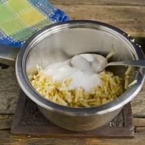 Нагреваем ингредиенты конфитюра на медленном огне до кипения, готовим 3-4 минуты