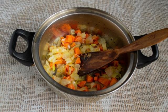В казан или кастрюлю кладём обжаренный лук с морковкой