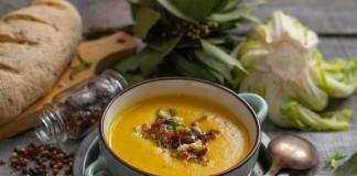 Рыжий крем-суп из цветной капусты с хрустящим беконом