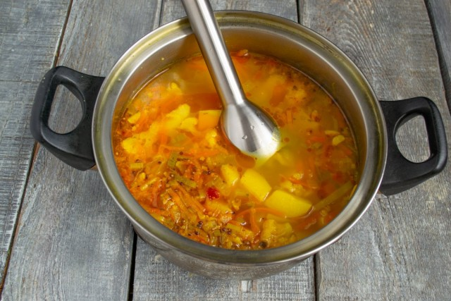 Измельчаем суп до крем образного состояния, солим