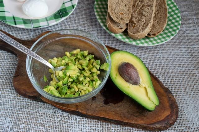 Мякоть авокадо нарезаем небольшими кубиками и кладём в салатницу
