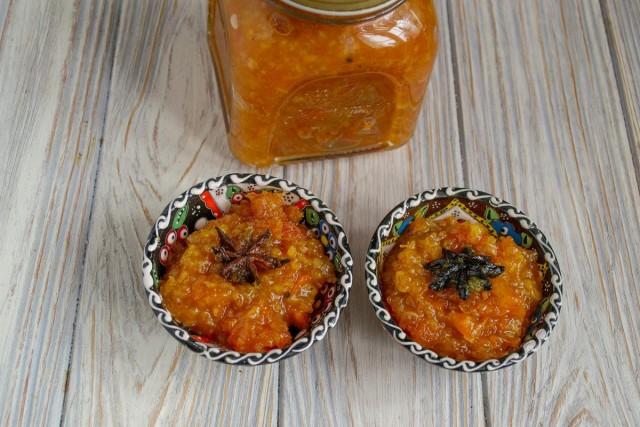 Готовый сладкий индийский соус чатни раскладываем в сухие, стерилизованные банки
