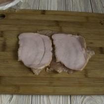 На ломтик куриного филе кладём ветчину или копченый бекон