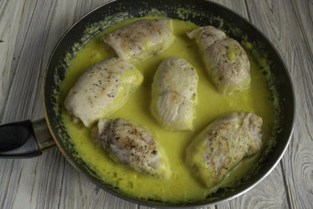 Добавляем в сковороду соус и доводим до кипения. Готовим куриные рулеты «Кордон Блю» на тихом огне без крышки примерно 7-8 минут