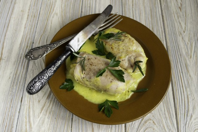 Сочные куриные рулеты «Кордон Блю» с соусом бешамель готовы. Приятного аппетита!
