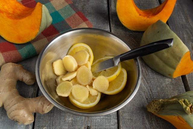 Корень имбиря режем тонкими ломтиками и добавляем к лимону