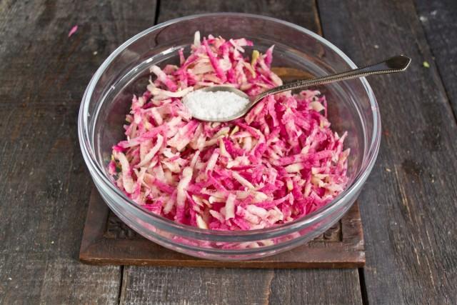 Посыпаем натёртую редьку морской солью, перемешиваем и оставляем на несколько минут, чтобы выветрился запах