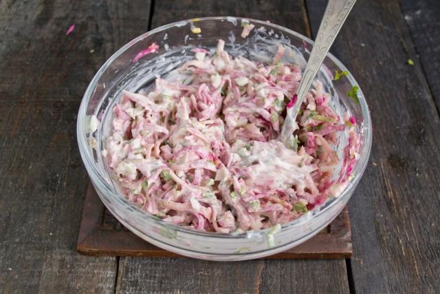 Перемешиваем ингредиенты салата и убираем в холодильник, чтобы он пропитался
