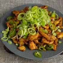 Добавляем порезанный тонкими колечками стручок зелёного перца чили