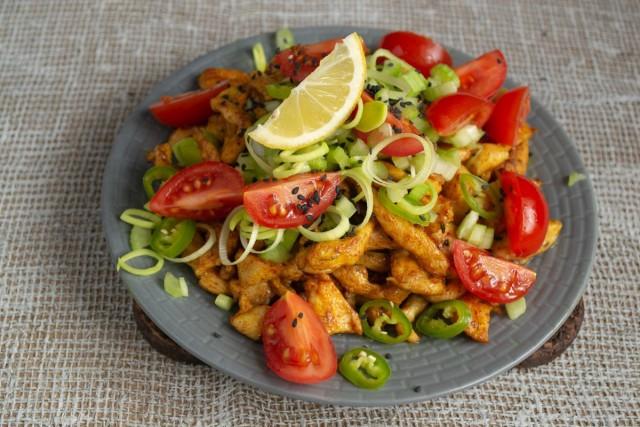 Посыпаем салат семенами черного кунжута, украшаем ломтиком лимона и сразу подаём на стол