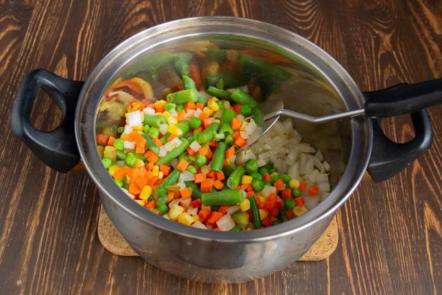 Высыпаем замороженные овощи