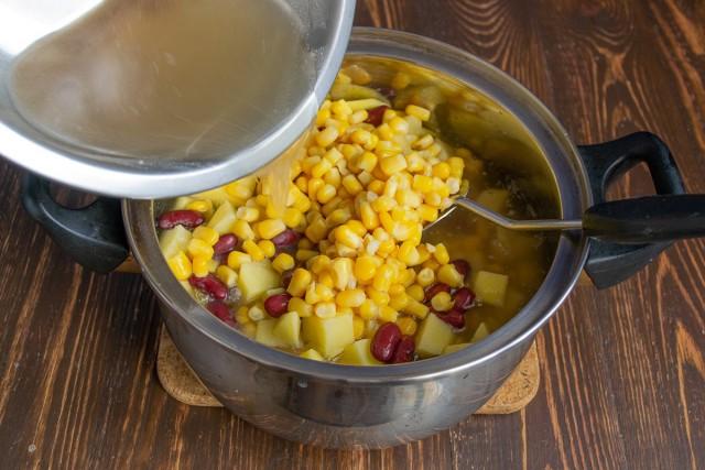 Наливаем мясной бульон или родниковую воду в кастрюлю