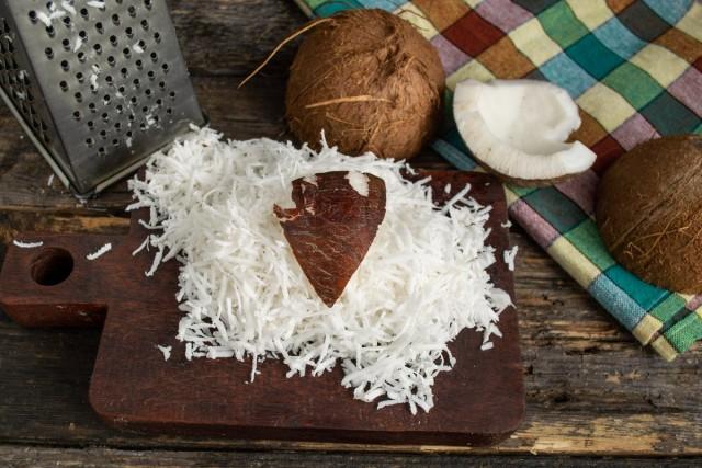 Мякоть кокоса натираем на мелкой тёрке