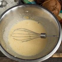 Разбиваем в миску яйцо, насыпаем соль, ванилин и сахар. Взбиваем примерно 5 минут