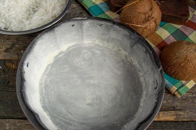 Антипригарную форму смазываем маслом и присыпаем мукой