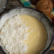 Выкладываем тесто в форму, сверху высыпаем кокосовую стружку с сахаром