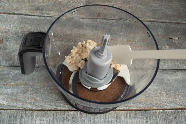 Размоченный мякиш белого хлеба кладём в чашу блендера