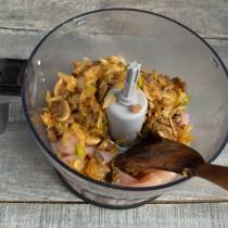 Добавляем в блендер обжаренные и остывшие грибы с луком и маслом
