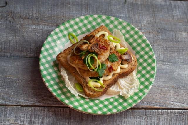 Поливаем тост соусом, выкладываем сверху нежные котлеты из куриной грудки и украшаем. Приятного аппетита!