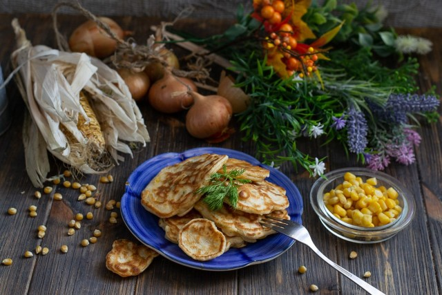 Оладьи с кукурузой и луком — настоящий домашний фаст-фуд