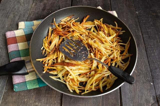 Обжариваем и приправляем картофельную стружку