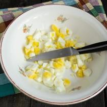 Рубим мелко отваренные яйца