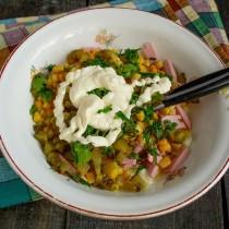Добавляем в салат майонез, перчим и перемешиваем