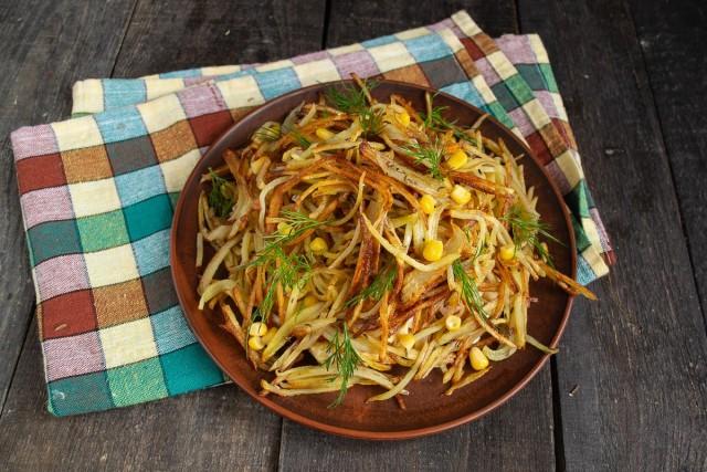 Украшаем салат «Муравейник» веточками укропа и зернышками кукурузы. Готово!