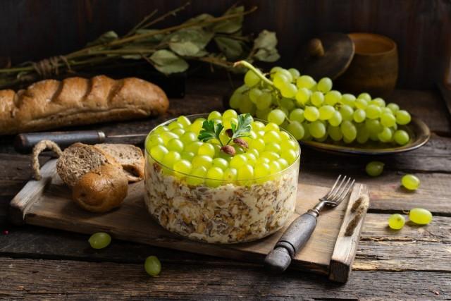 Питательный салат с пряной курицей и виноградом