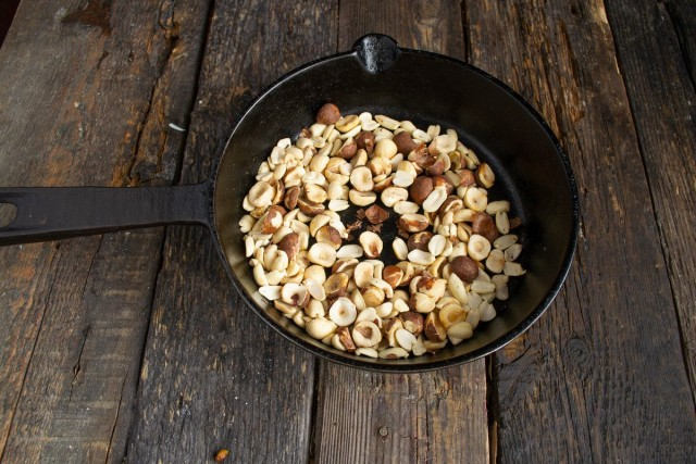 Измельчаем поджаренные орехи в блендере