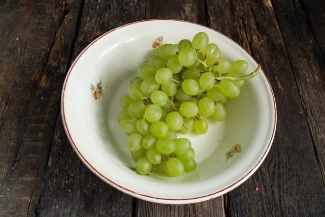Ополаскиваем и обсушиваем зелёный виноград