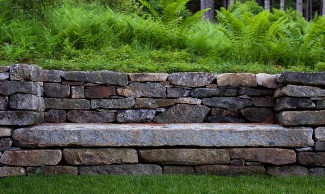 Крутые склоны подпирают не просто обычными стенками, а конструкциями из очень тяжелого природного камня