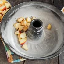 Высыпаем нарезанные яблоки в подготовленную форму, посыпаем корицей