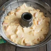 На яблоки выливаем ровным слоем тесто