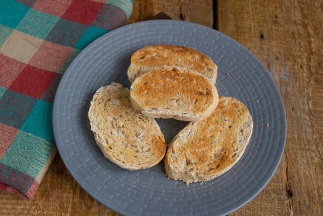 Подсушиваем в тостере хлеб