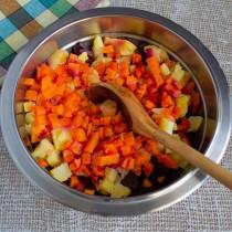 Добавляем варёную морковку