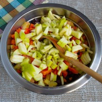 Режем мелко кисло-сладкое яблоко