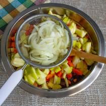 Нарезаем репчатый лук, маринуем и добавляем в салатницу