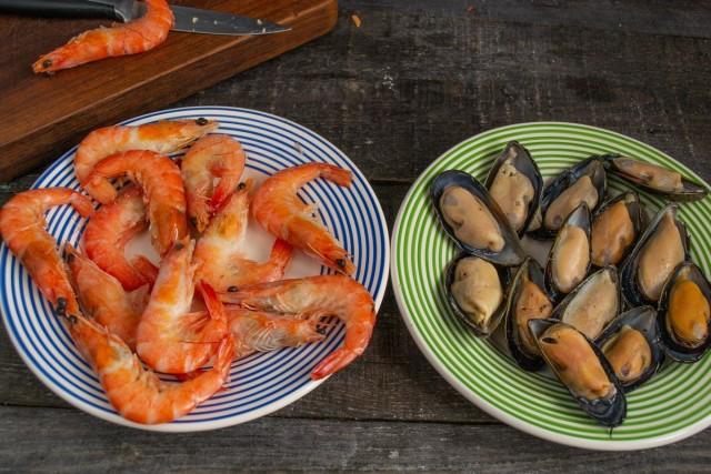 Подготавливаем морепродукты