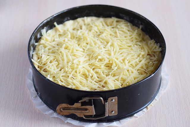 Натираем крупно сыр и равномерно распределяем. Отправляем пирог духовой шкаф